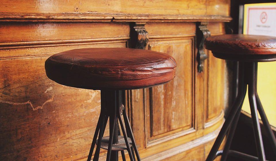 deux beau tabourets de bar artisanaux